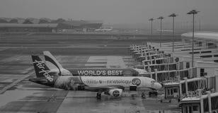Avions d'AirAsia s'accouplant dans l'aéroport de Changi, Singapour Image libre de droits