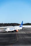 Avions d'Airbus de lignes aériennes de SAS sur l'emballement à l'aéroport d'Oslo Gardermoen Photographie stock libre de droits