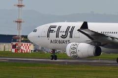 Avions d'Airbus A330 de voies aériennes des Fidji roulant au sol à l'aéroport international d'Auckland Photos stock