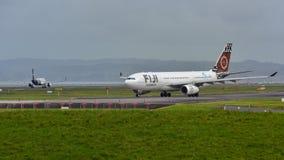 Avions d'Airbus A330 de voies aériennes des Fidji roulant au sol à l'aéroport international d'Auckland Photos libres de droits