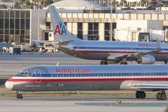 Avions d'American Airlines McDonnell Douglas MD-82 à l'aéroport international de Los Angeles Photo libre de droits