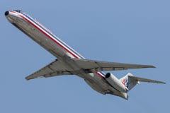 Avions d'American Airlines McDonnell Douglas MD-82 décollant de l'aéroport international de Los Angeles Photographie stock libre de droits