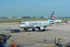 Avions d'American Airlines se déplaçant à l'avion Images libres de droits