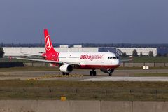 Avions d'AtlasGlobal Airbus A321-200 fonctionnant sur la piste Photo stock