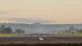 Avions d'atterrissage à l'aéroport de la ville de Legazpi tôt le matin philippines banque de vidéos