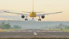 Avions d'atterrissage à l'aéroport de la ville de Legazpi tôt le matin philippines Photographie stock libre de droits