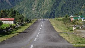 Avions d'atterrissage à l'aéroport de Tenzing-Hillary dans Lukla clips vidéos