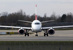 Avions d'Austrian Airlines Embraer ERJ-195 fonctionnant sur la piste Images stock