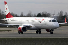 Avions d'Austrian Airlines Embraer ERJ-195 fonctionnant sur la piste Photographie stock