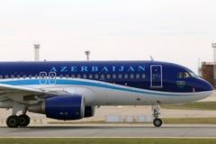 Avions d'AZAL Azerbaijan Airlines Airbus A320-200 fonctionnant sur la piste Photographie stock libre de droits