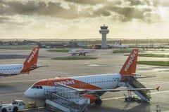 Avions d'Easyjet à l'aéroport du ` s Gatwick de Londres - SouthTerminal Photos stock