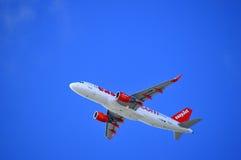 Avions d'Easyjet Airbus A320 décollant de l'aéroport de Faro Photo stock