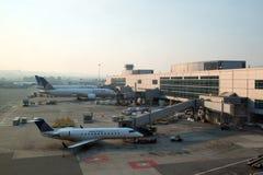 Avions d'United Airlines à l'aéroport de San Francisco International Photo libre de droits