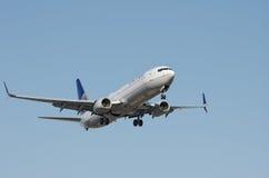 Avions d'United Airlines au-dessus de LAX Images libres de droits