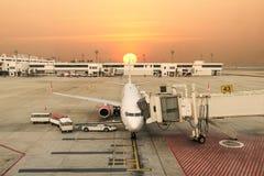 Avions dans l'aéroport au coucher du soleil Vue de ci-avant Photographie stock libre de droits
