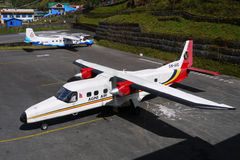 Avions dans l'aéroport de Lukla Photographie stock