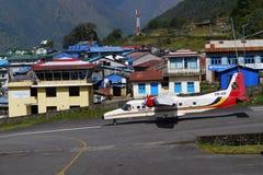 Avions dans l'aéroport de Lukla Image stock