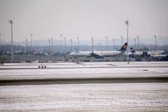 Avions dans l'aéroport de Munich, neige Images libres de droits