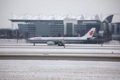 Avions dans l'aéroport de Munich, neige Images stock