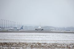 Avions dans l'aéroport de Munich, neige Photo stock