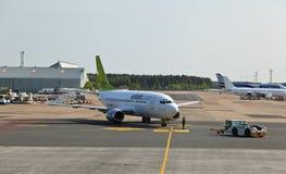Avions dans l'aéroport de Riga Image stock
