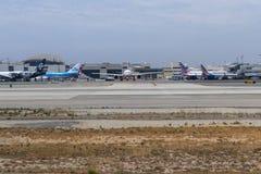 Avions dans l'aéroport international de LAX Photographie stock libre de droits