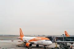 Avions dans la piste prête au décollage Photo stock