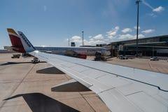 Avions dans la piste prête au décollage dans l'aéroport international de Photo stock