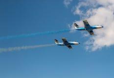 Avions dans le ciel avec de la fumée colorée de Photographie stock