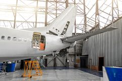 Avions dans le hangar dans l'entretien de l'électrodéposition, intérieur, réparation de queue Photo libre de droits