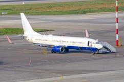 Avions dans le stationnement à l'aéroport, préparation pour le vol, service du navire Image stock