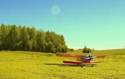 Avions de arrosage sans pilote dans le pré Photos libres de droits