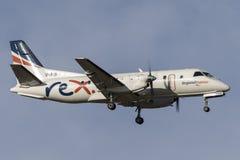 Avions de banlieusard de Regional Express Airlines REX Saab 340B VH-RXN à l'approche à l'aéroport international de Melbourne Photographie stock libre de droits