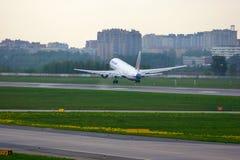 Avions de Boeing 767-3P6ER de ligne aérienne de Transaero dans l'aéroport international de Pulkovo à St Petersburg, Russie Photographie stock libre de droits