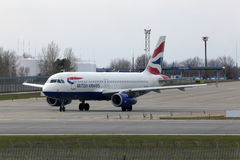 Avions de British Airways Airbus A320-200 A320-200 fonctionnant sur la piste Images libres de droits