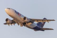 Avions de cargaison de Fedex Federal Express Airbus A310 décollant de l'aéroport international de Los Angeles Image libre de droits