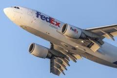Avions de cargaison de Fedex Federal Express Airbus A310 décollant de l'aéroport international de Los Angeles Images libres de droits