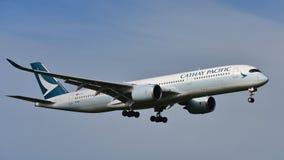 Avions de Cathay Pacific Airbus A350 XWB de l'atterrissage de Hong Kong à l'aéroport international d'Auckland Photographie stock libre de droits