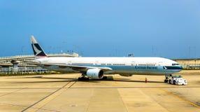 Avions de Cathay Pacific dans l'aéroport international de Kansai Photographie stock libre de droits