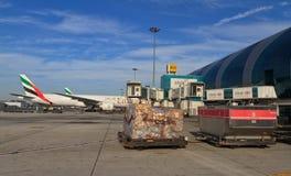 Avions de charge dans l'aéroport de Dubaï Photographie stock libre de droits