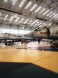 Avions de chasse dans un musée d'aviation photographie stock libre de droits