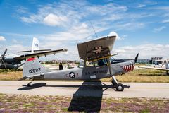 Avions de chien de gibier à plumes de Cessna L-19 pendant le salon de l'aéronautique image stock