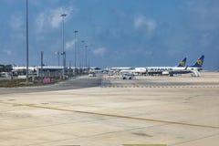 Avions de coût bas de Ryanair dans l'aéroport international de Paphos, Chypre Photo stock