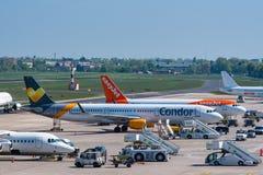 Avions de condor et d'Easyjet à l'aéroport de Berlin Tegel Image libre de droits