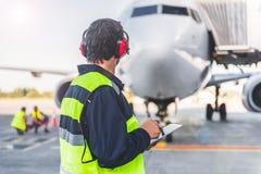 Avions de contrôle de travailleur de sexe masculin et information d'inscription photos libres de droits