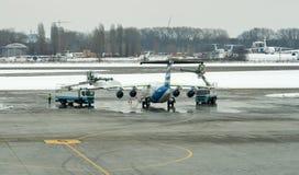 Avions de dégivrage d'aile de traitement dans l'aéroport de Boryspil Kiev, Ukraine Photos stock