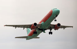 Avions de départ de WindRose Airbus A320-231 pendant le jour pluvieux Photographie stock