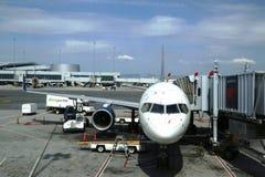 Avions de delta à la porte à l'aéroport de San Francisco Image libre de droits