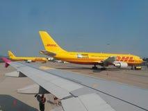 Avions de DHL garés à l'aéroport Photographie stock