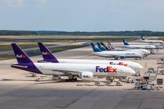 Avions de Fedex sur le terminal de cargaison dans l'aéroport de Cologne Photographie stock libre de droits